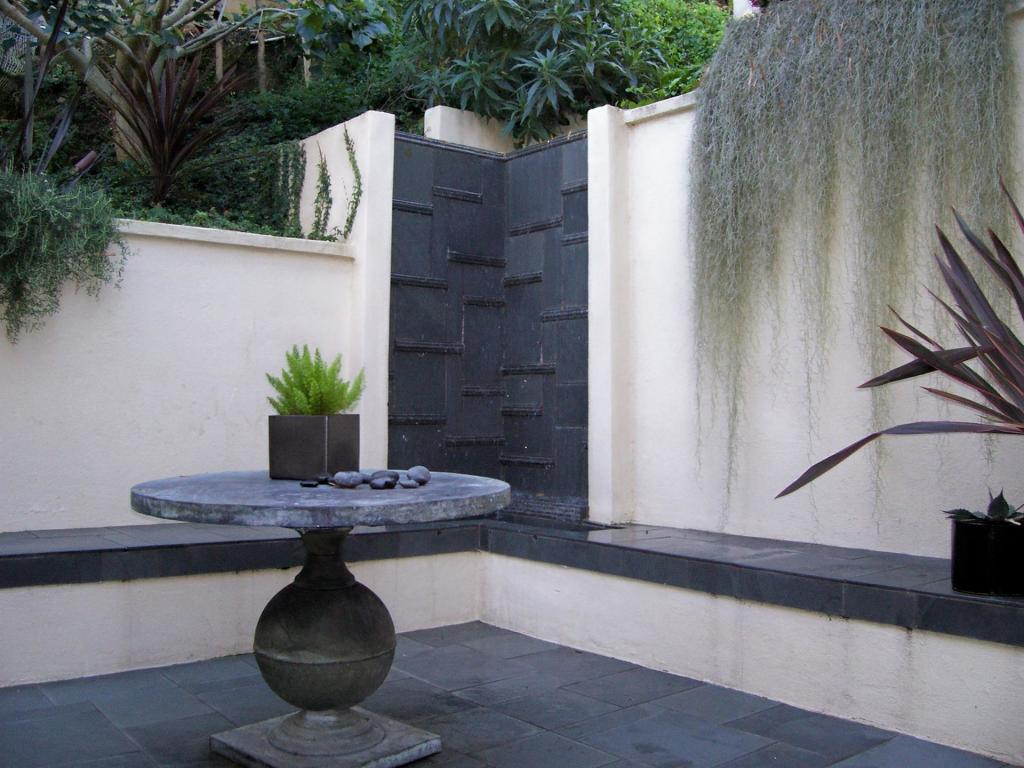 Water wall in La Jolla courtyard garden.jpg