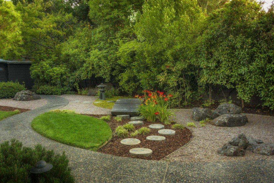how-to-make-a-zen-garden-in-your-backyard-with-bark-mulch-and-stepping-stone-plus-gravel-patio-also-grass-areas-and-bridge-plus-small-backyard-ideas-for-asian-landscape-design-915x609