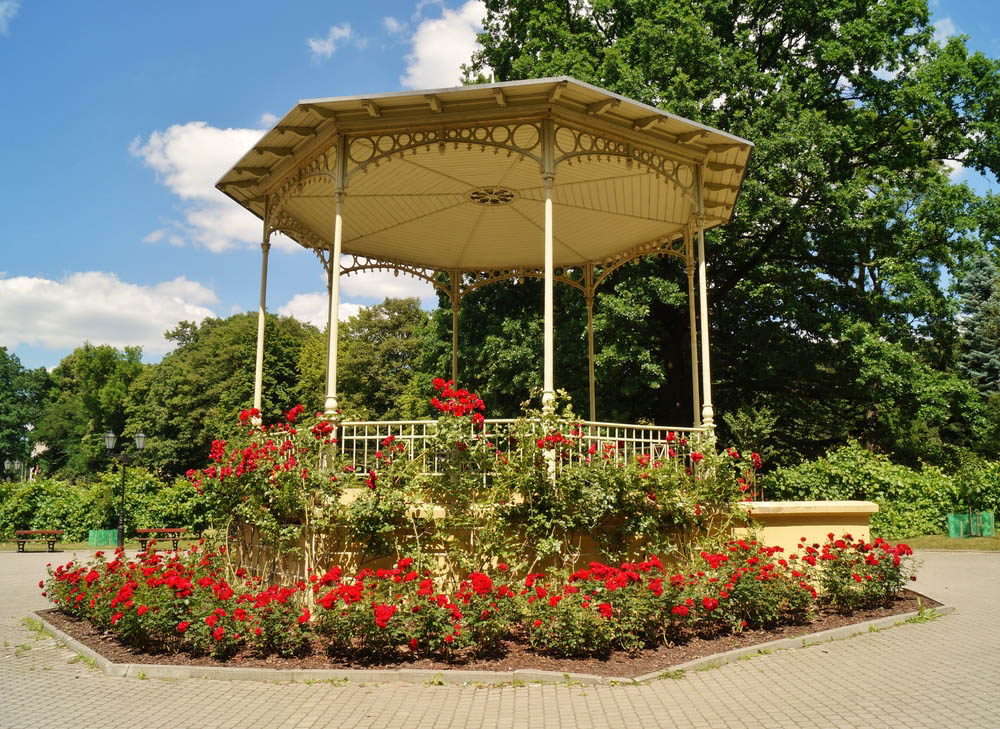 We love the grandiose, Southern heritage-inspired look of this grand gazebo. Its thin structural elements bely an elegant structure with a bold garden of red flowers wrapping its foundation. Placed at the center of an expansive brick patio, it's a standout feature of the landscape and an obvious focal point for social gatherings. If antique style is your thing, look no further.